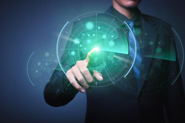 Het abstracte beeld van zakenman die een pijltje werpt aan futuristisch doelhologram