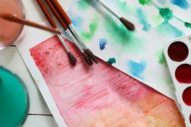 Het abstracte kunstwerk schilderen met waterverf. bovenaanzicht