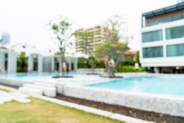 Het abstracte onduidelijke beeld defocused zwembad in de toevlucht van het luxehotel als vage achtergrond