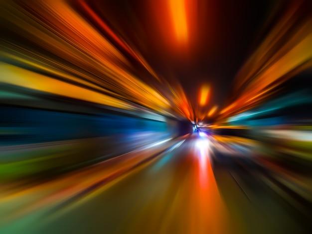 Het abstracte onduidelijke beeld van de snelheidsmotie in stad op het neonlicht van de nachtweg.
