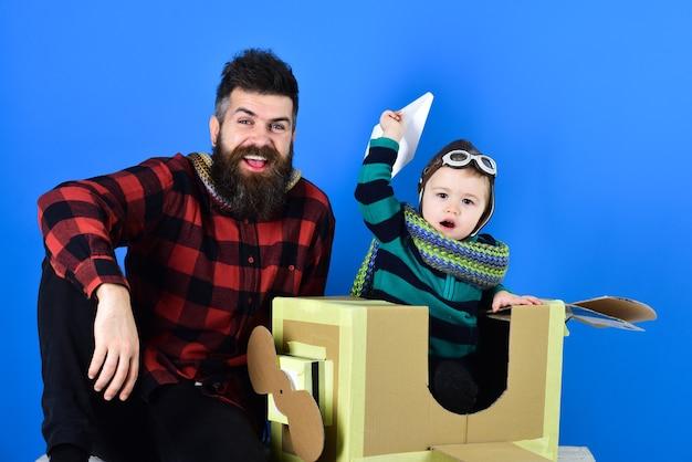 Het adopteren van een kind geadopteerde jongen in nieuw familieportret van grappig kind op een achtergrond familiespelletjes indor