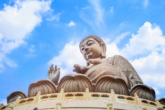 Het afgelegen po lin-klooster, verstopt door weelderige bergen