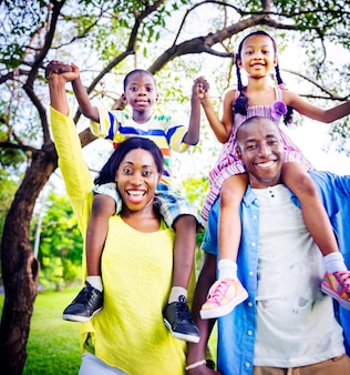 Het afrikaanse concept van de de vakantieactiviteit van de familiegeluk