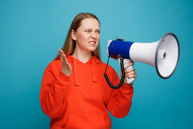 Het agressieve jonge blonde houden de spreker van de vrouwenholding dient lucht in die kant bekijkt