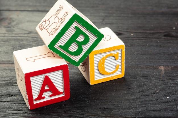 Het alfabet blokkeert abc dicht omhoog, onderwijsconcept
