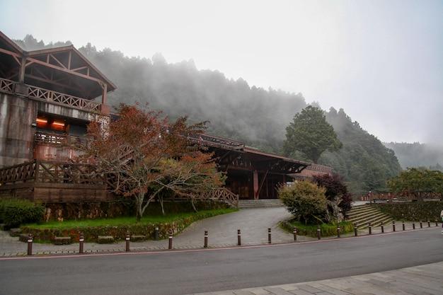 Het alishan-station dat de meeste mensen gebruiken, gaat naar reizen in het nationale park van alishan.