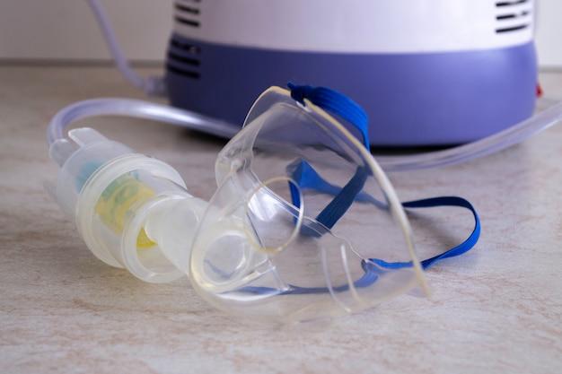 Het apparaat voor het inademen van therapeutische stoom. masker en fles voor medicijnen