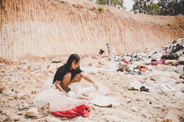 Het arme kind op de vuilstort kijkt hoopvol vooruit