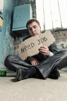 Het arme teken van de zakenmanholding dat om baan vraagt