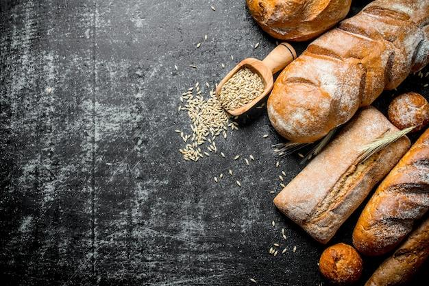 Het assortiment aan soorten vers brood met granen.