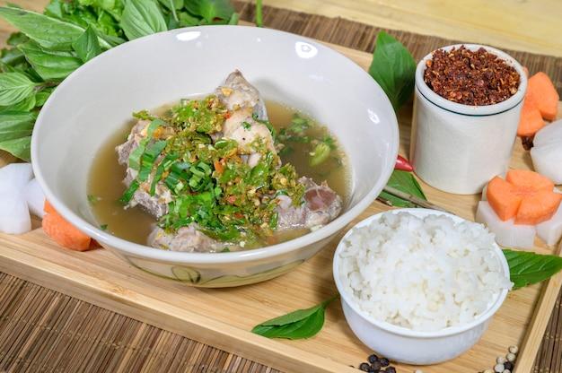 Het assortiment van chili pasta thai traditionele foodhealthy en dieet warme en pittige aziatische maaltijd.