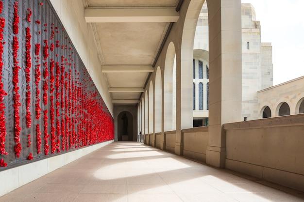 Het australian war memorial in canberra. het is het nationale monument van australië ter nagedachtenis aan australiërs die zijn omgekomen of deelgenomen aan de oorlogen.