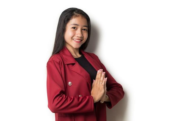 Het aziatische gebaar van de bedrijfsvrouw gastvrije gasten op witte achtergrond