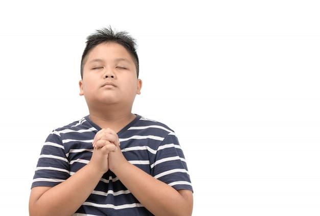 Het aziatische jongen bidden geïsoleerd op wit