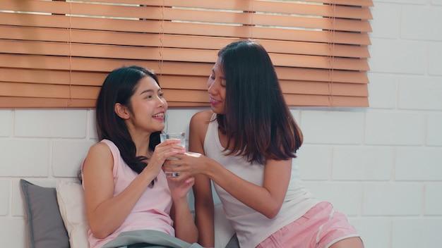 Het aziatische lesbische lgbtq vrouwenpaar ontbijt thuis