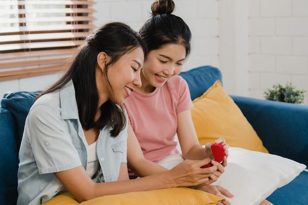 Het aziatische lesbische lgbtq vrouwenpaar stelt thuis voor