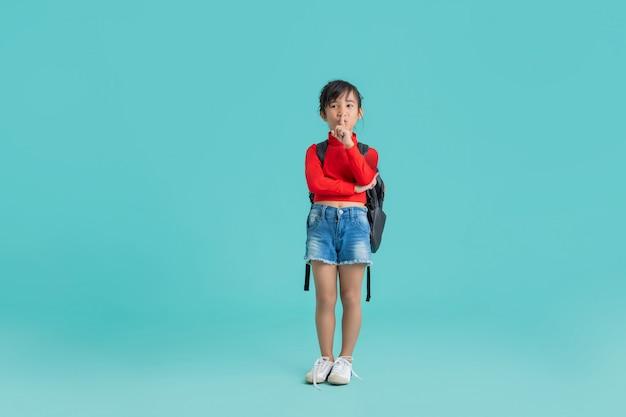 Het aziatische meisje doet een stemonthouding.