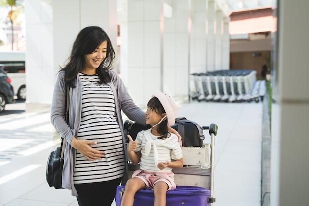 Het aziatische meisje geniet van babbelend met haar moeder