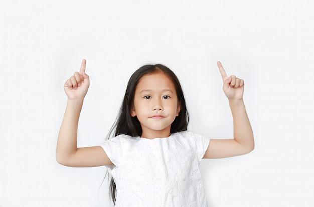 Het aziatische meisje hief wijsvinger twee op om toe te juichen
