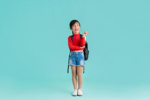 Het aziatische meisje wijst om tekst op te nemen.