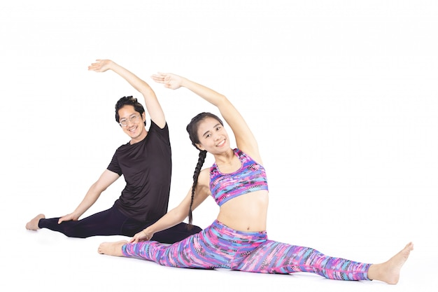 Het aziatische paar maakt yoga over witte achtergrond