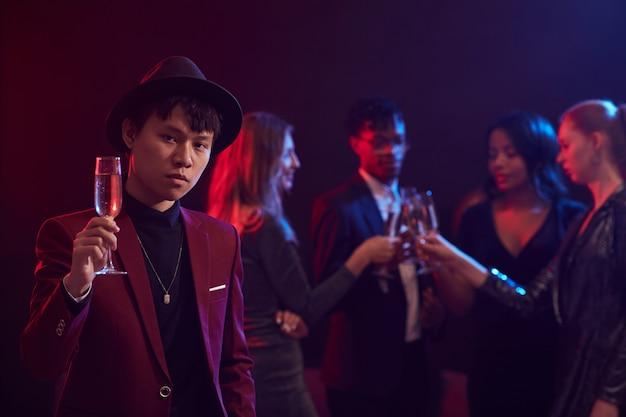 Het aziatische stellen van de mens in nachtclub