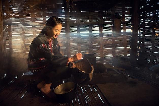 Het aziatische vrouw koken bij huis in landelijk van thailand