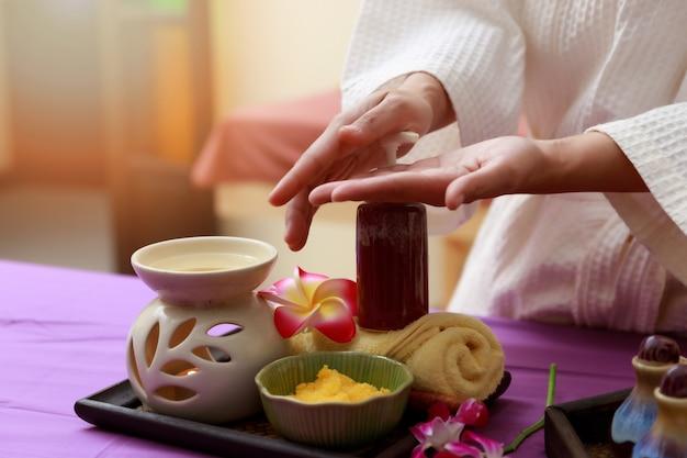 Het aziatische vrouw testen zout schrobt voor massage bij kuuroord.