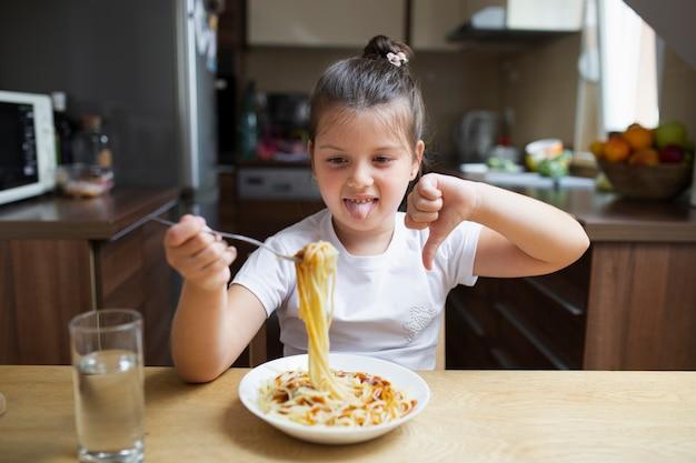 Het babymeisje houdt niet van pastaschotel
