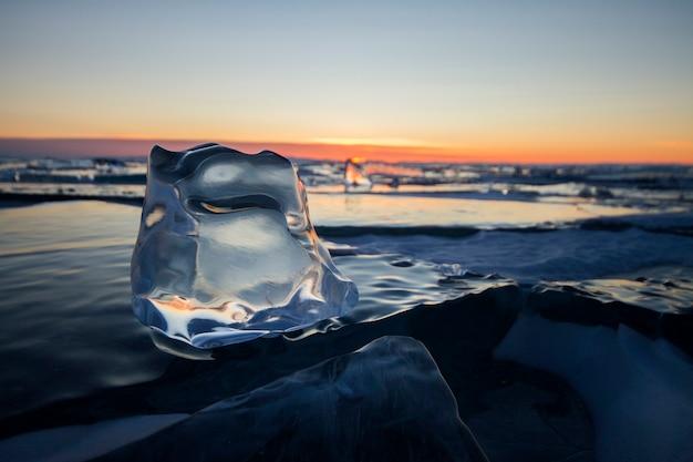 Het baikalmeer bij zonsondergang, alles is bedekt met ijs en sneeuw