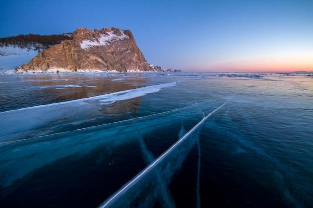 Het baikalmeer is bedekt met ijs en sneeuw, sterk koud