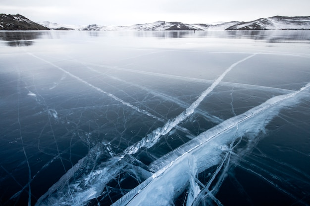Het baikalmeer is bedekt met ijs en sneeuw, sterke kou en vorst, dik helderblauw ijs