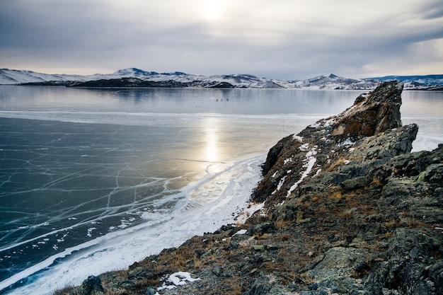Het baikalmeer is bedekt met ijs en sneeuw