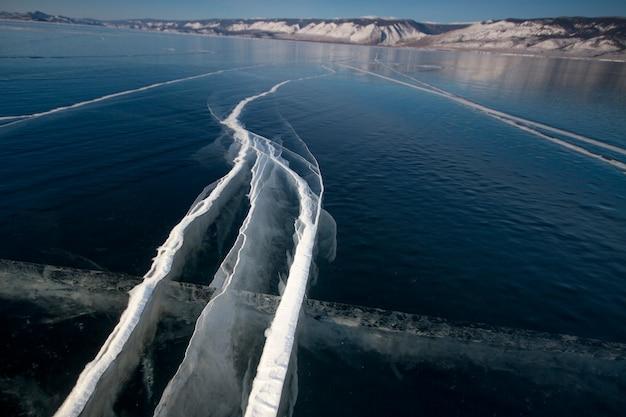 Het baikalmeer is een ijzige winterdag. geweldige plek, erfgoed, schoonheid van rusland