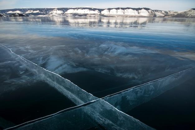 Het baikalmeer is een ijzige winterdag. grootste zoetwatermeer. het baikalmeer is bedekt met ijs en sneeuw
