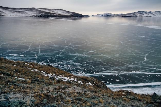 Het baikalmeer is een ijzige winterdag. grootste zoetwatermeer