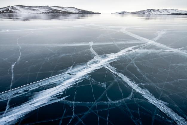 Het baikalmeer is een ijzige winterdag.