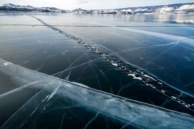 Het baikalmeer is een ijzige winterdag