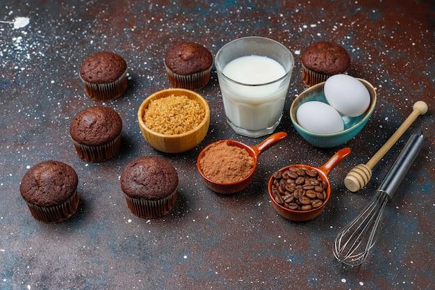 Het bakselachtergrond van cupcake met keukengerei.