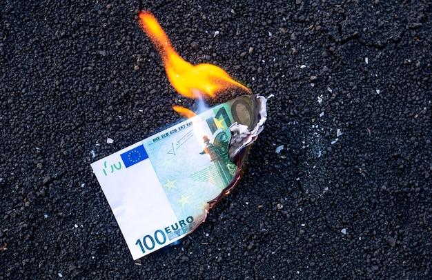 Het bankbiljet brandt tijdens een brand. crisisconcept.