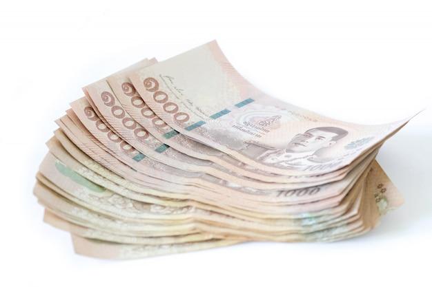 Het bankbiljet van thailand dat op witte achtergrond wordt geïsoleerd.