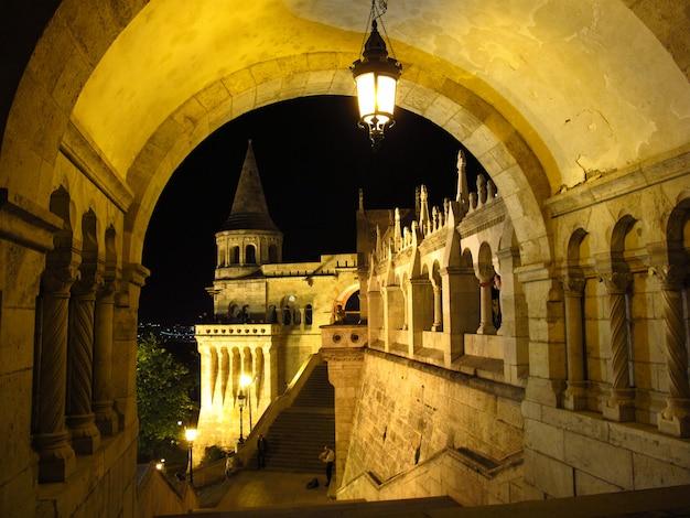 Het bastion van de visser op boedapest bij nacht, hongarije