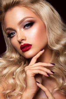 Het beautyfulmeisje met helder maakt omhoog. kersen lippen