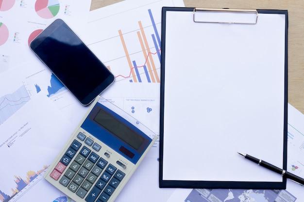 Het bedrijf analyseert de jaarlijkse financiële overzichten van de onderneming, brengt het werk in evenwicht met grafische documenten.
