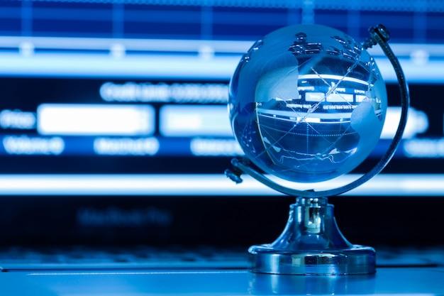 Het bedrijfsconcept van de glazen wereld op een laptop