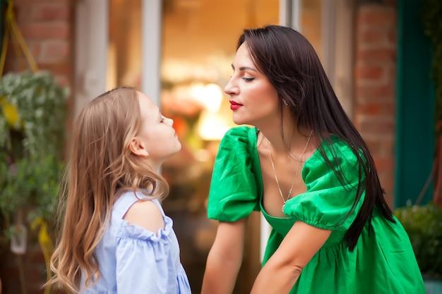 Het beeld die van moeder een dochter houden overhandigt.