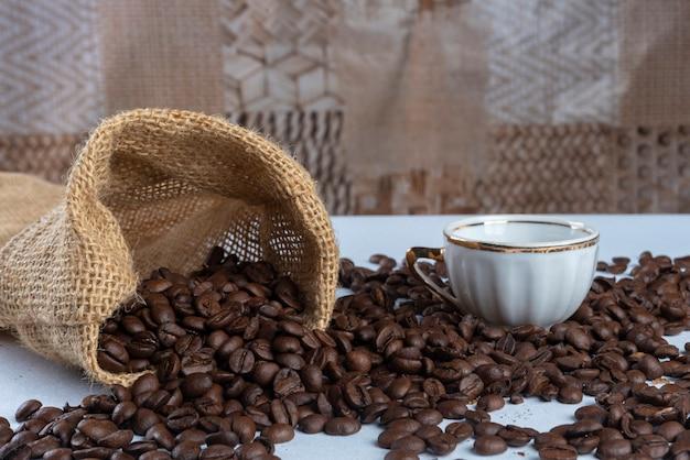 Het beeld, het aroma en de smaak van koffie. regeling met koffie en accessoires.