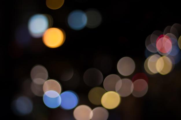 Het beeld van de auto van licht en verkeer in de stad voor abstracte achtergrond vervagen