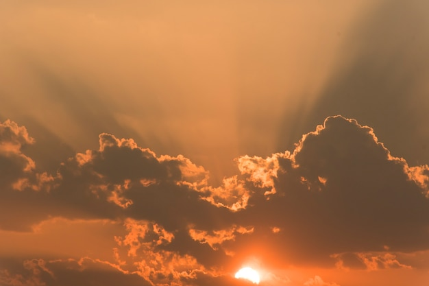 Het beeld van de gouden hemel in de avond voor zonsondergang. met wolken die de zon verduisteren