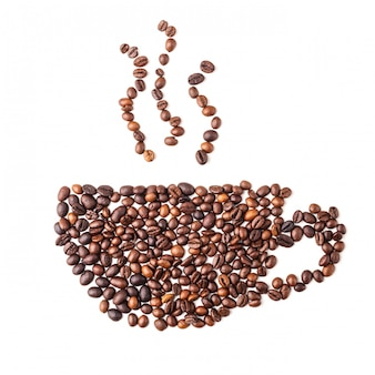 Het beeld van de koffiekop uit koffiebonen wordt samengesteld op een witte achtergrond die